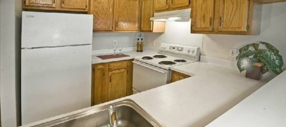 Spacious 2 Bedroom Townhome - Washer Dryer in Unit - Parking Included - Tarrytown